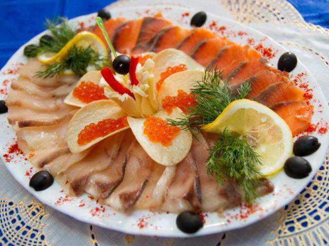 Праздничный рыбный стол — сервировка рыбы, оформление холодных закусок и нарезок из рыбы: варианты, фото. Как красиво нарезать рыбу, украсить на тарелке и подать на праздничный стол?