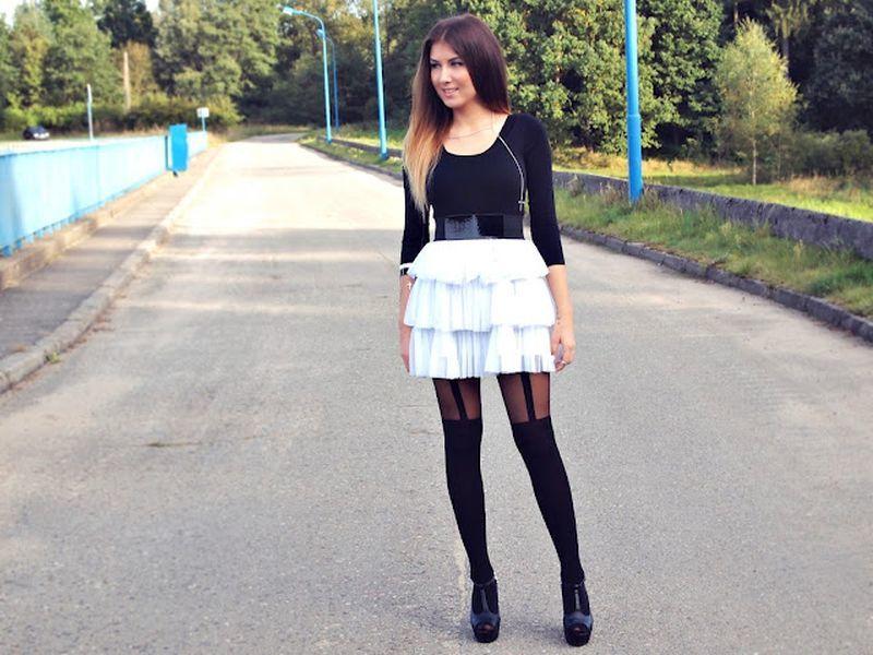 Блондинка в черных колготках нога на ногу фото 300-943
