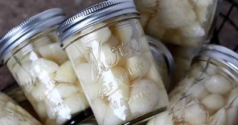 Вкусный и не сложный рецепт маринованного дольками чеснока