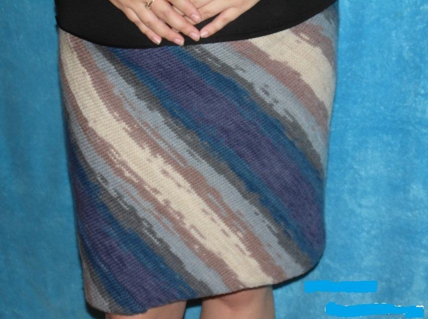 Готовая яркая юбка спицами, связанная по диагонали