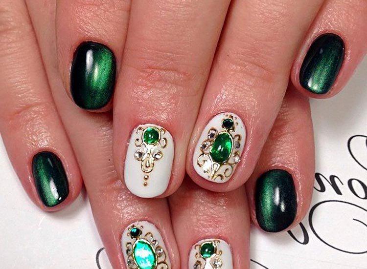Маникюр зеленый с камнями фото