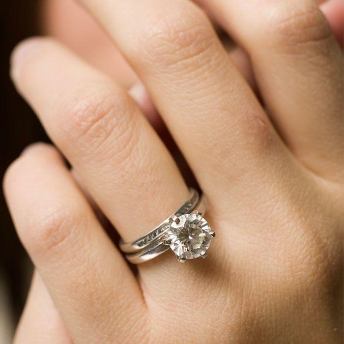 Обручальное кольцо на руке девушки