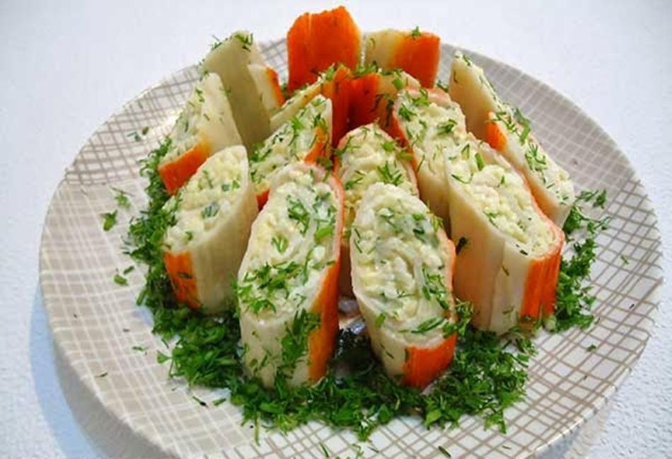 Крабовые палочки фаршированные сыром и чесноком яйцом