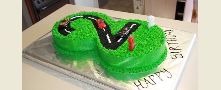 Торт 2 с кремовым украшением и фигурками из мастики