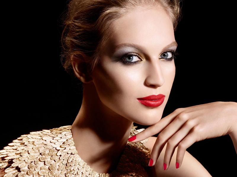 Красная помада в макияже для губ отлично сочетается с красным маникюром