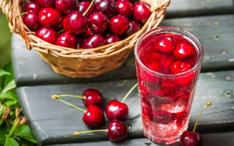 как приготовить компот из вишни с косточками и смородины