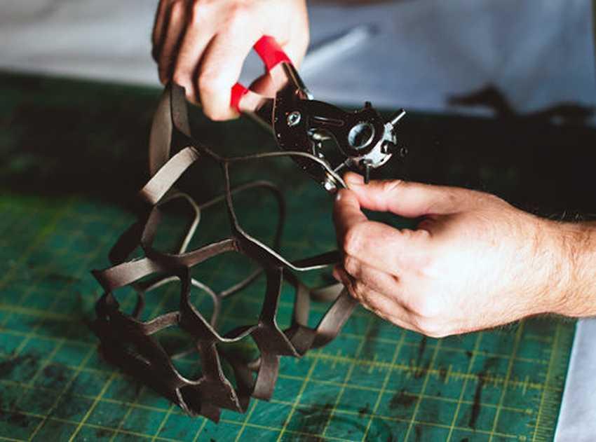 Проделывание отверстий для продевания верёвок для крепления кашпо