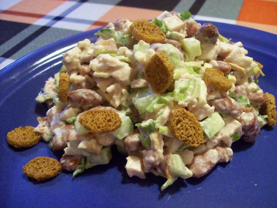 Салат с кириешками и сайрой