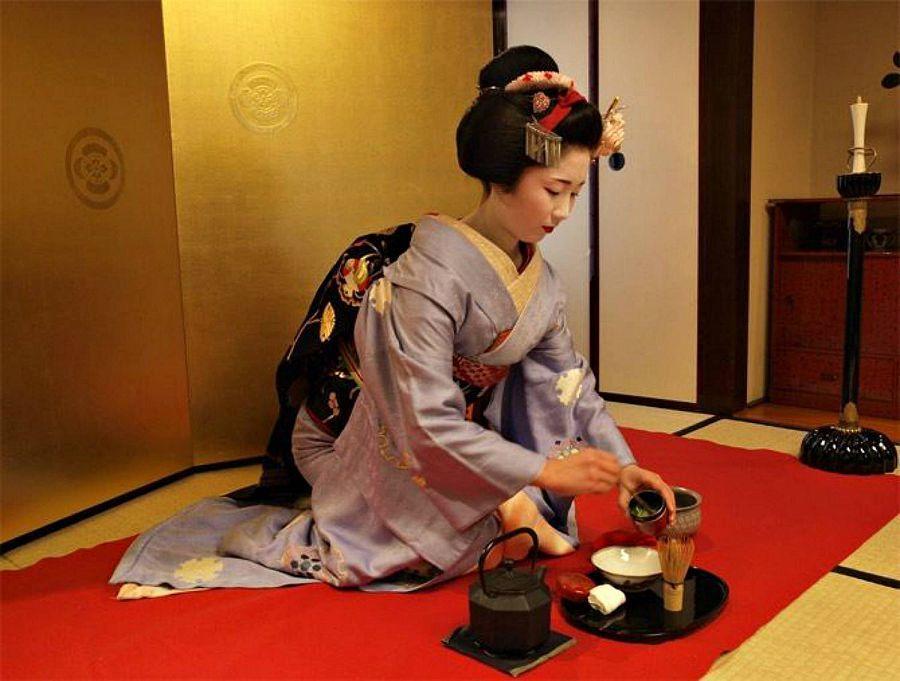 Гейша - не только хозяйка чайной церемонии. она в совершенстве владеет искусством поцелуев.