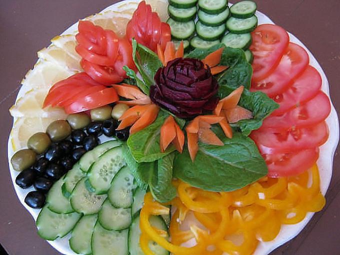украсить стол фигурнонарезанными овощами и фруктами