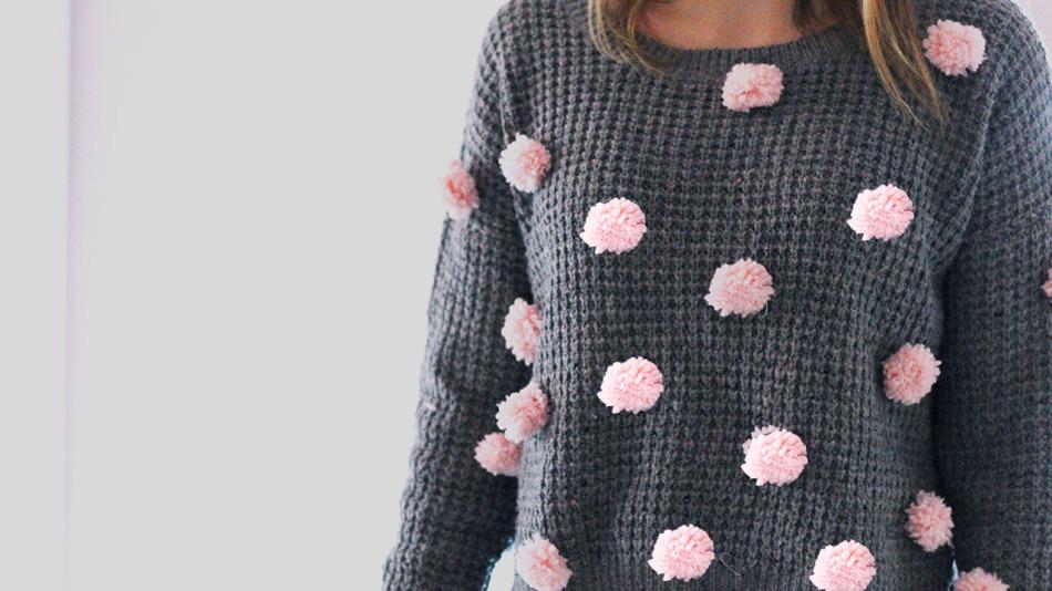 Переделать простой свитер в модный с розовыми помпончиками можно за один вечер!