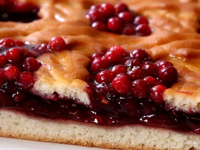 пирог с брусникой и с яблоками рецепт с фото