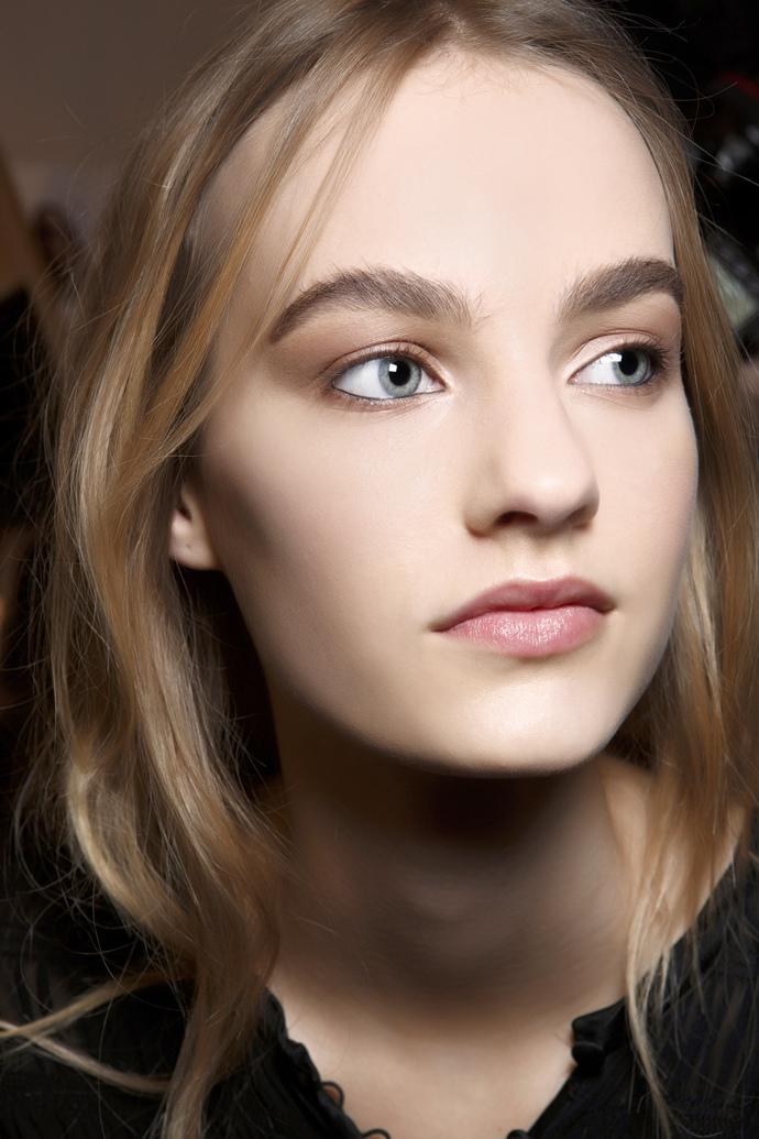 Широкие брови при помощи макияжа
