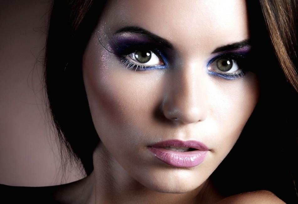 Яркие тени, длинные ресницы - всё это сочетается со сдержанным макияжем для губ