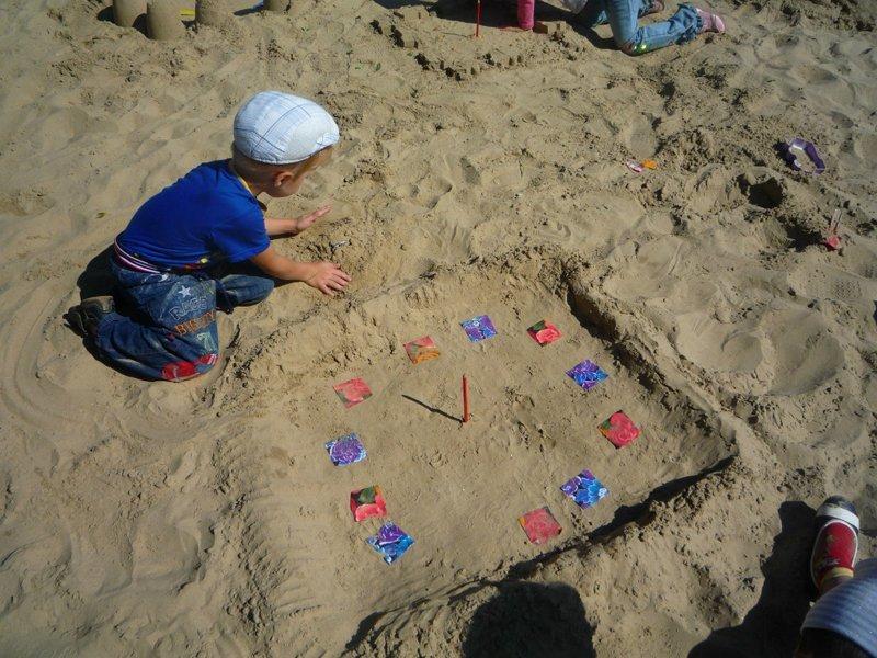 Солнечные часы в детском саду лето