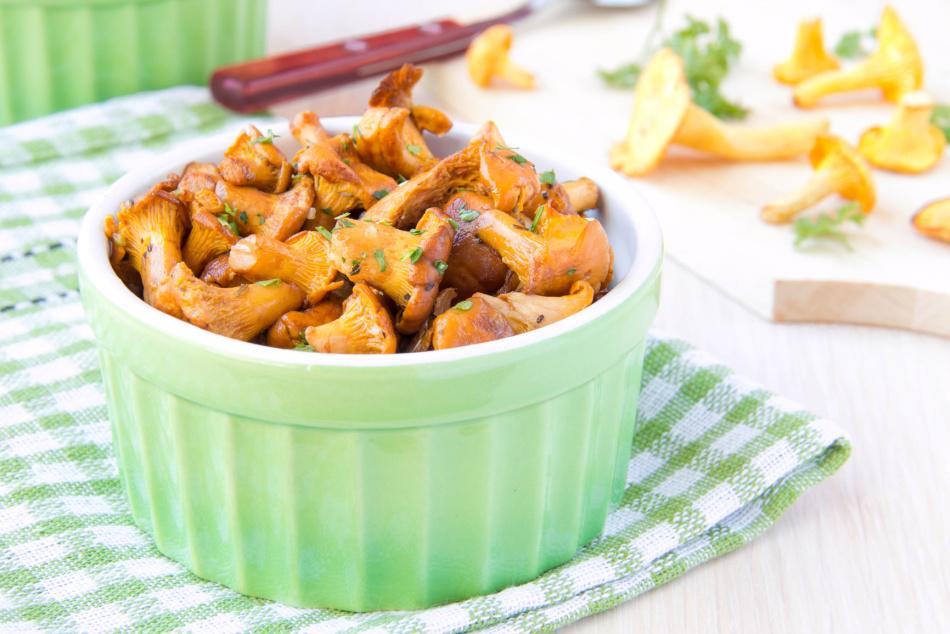 Как пожарить лисички на сковороде с луком и морковью?