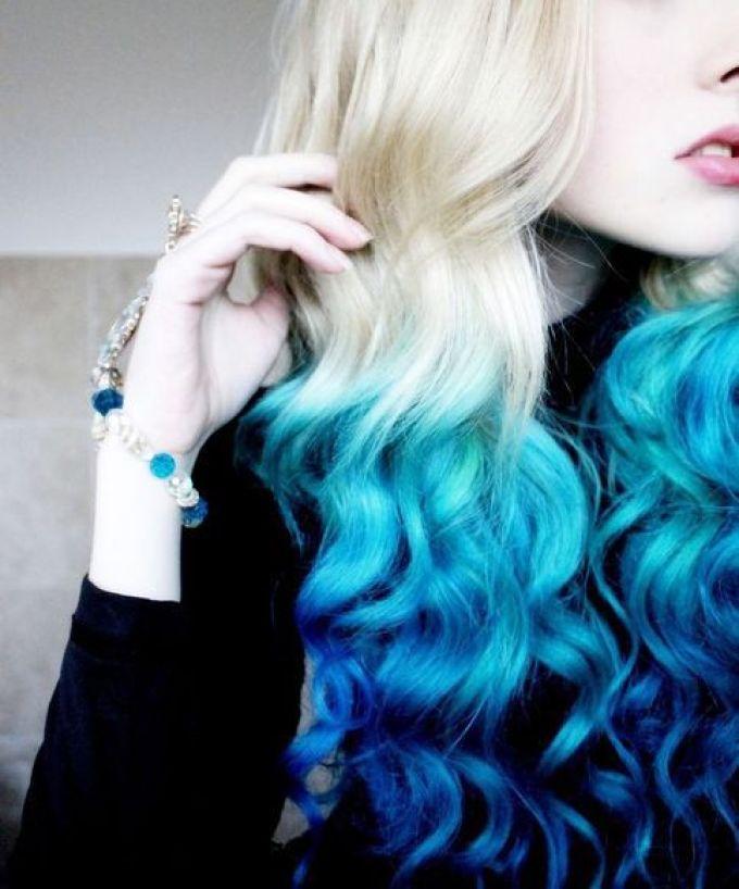 Голубые концы на белых волосах