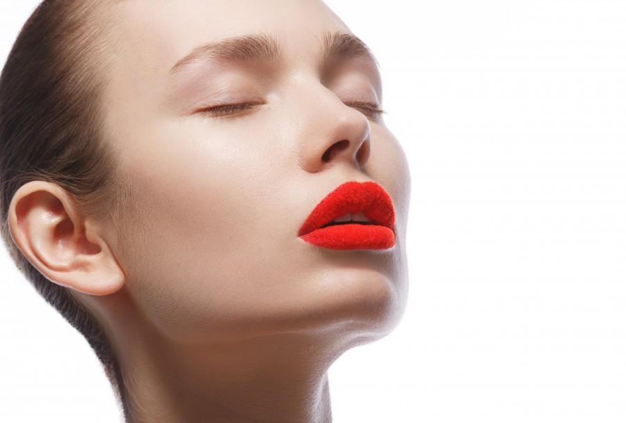 Макияж для губ придаст чувственности благодаря использованию красной помады