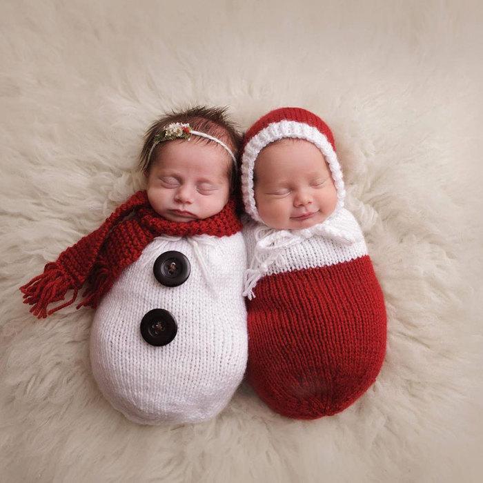 Креативное новогоднее фото грудных малышей: снеговички