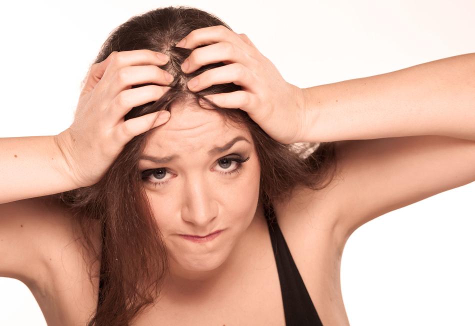 Почему обильно выпадают волосы на голове у женщины