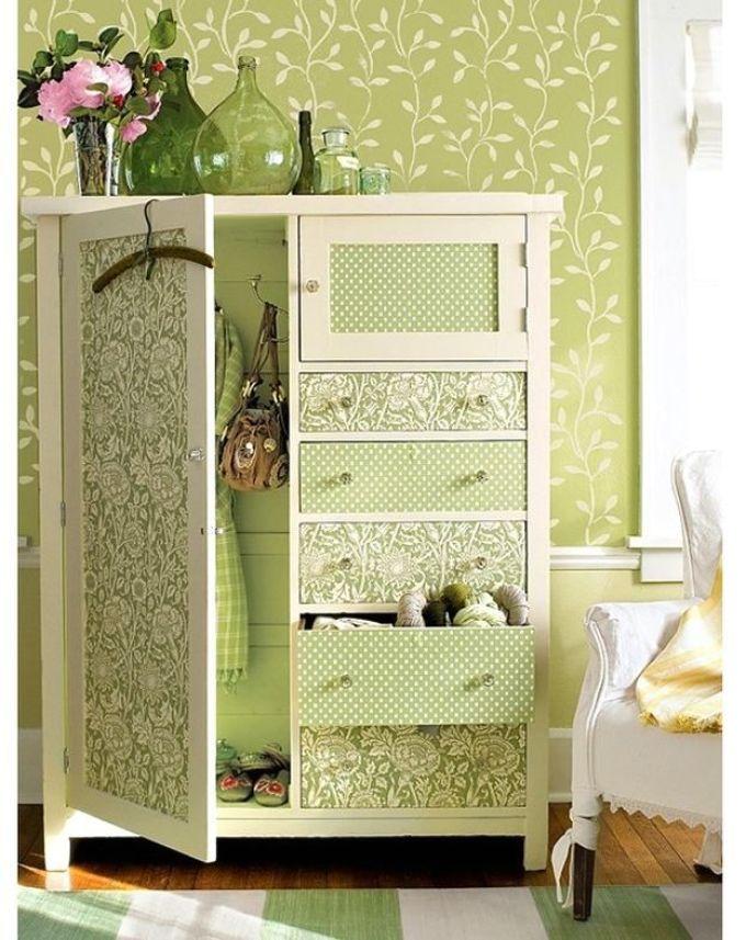 Декор шкафа одинаковыми обоями