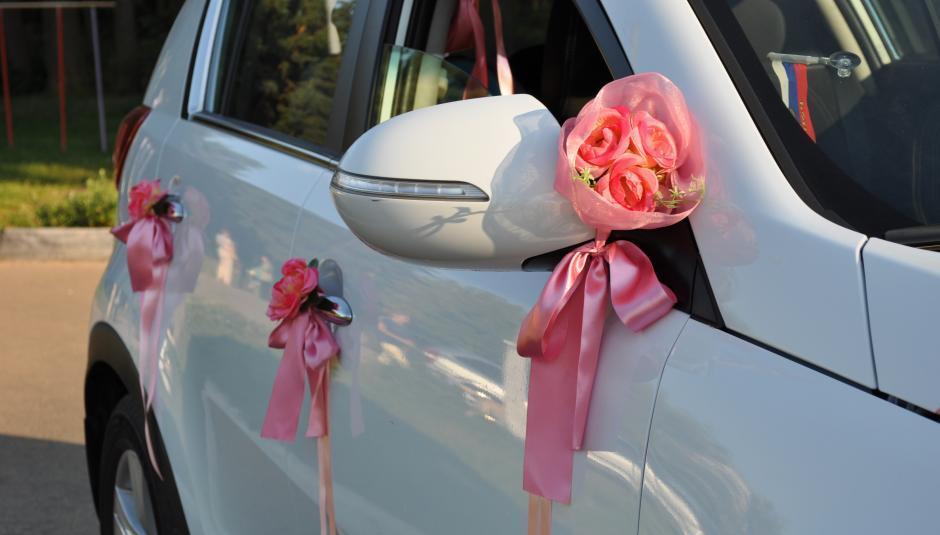 Красивые украшения на зеркала свадебных машин