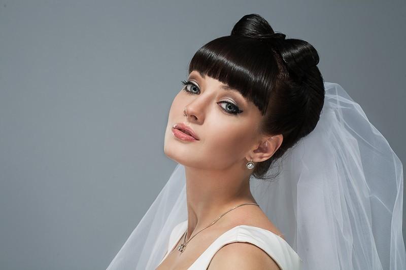 Прическа на свадьбу с челкой и фатой