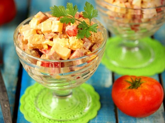 Рецепт вкусного салата с кириешками с фото