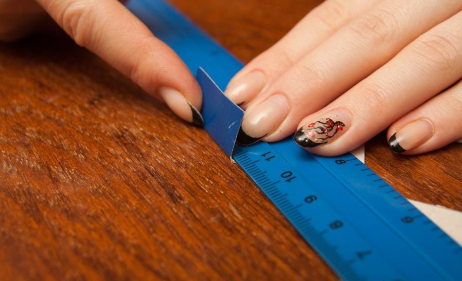 Сгиб деталей с помощью линейки в процессе изготовления упаковки для конфет