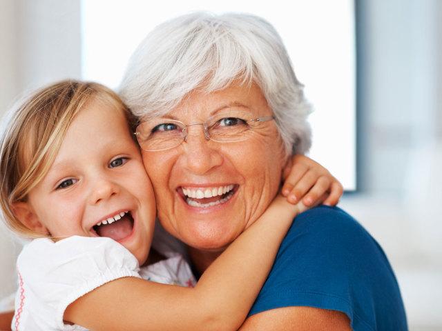 Бабушка делает внучке массаж фото 35-45