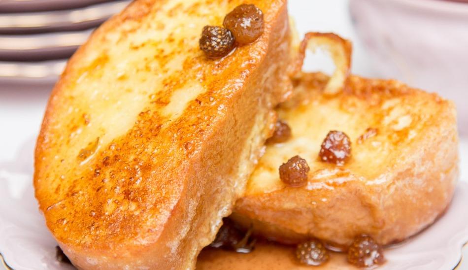 гренки из белого хлеба с молоком и сахаром и яйцом на сковороде