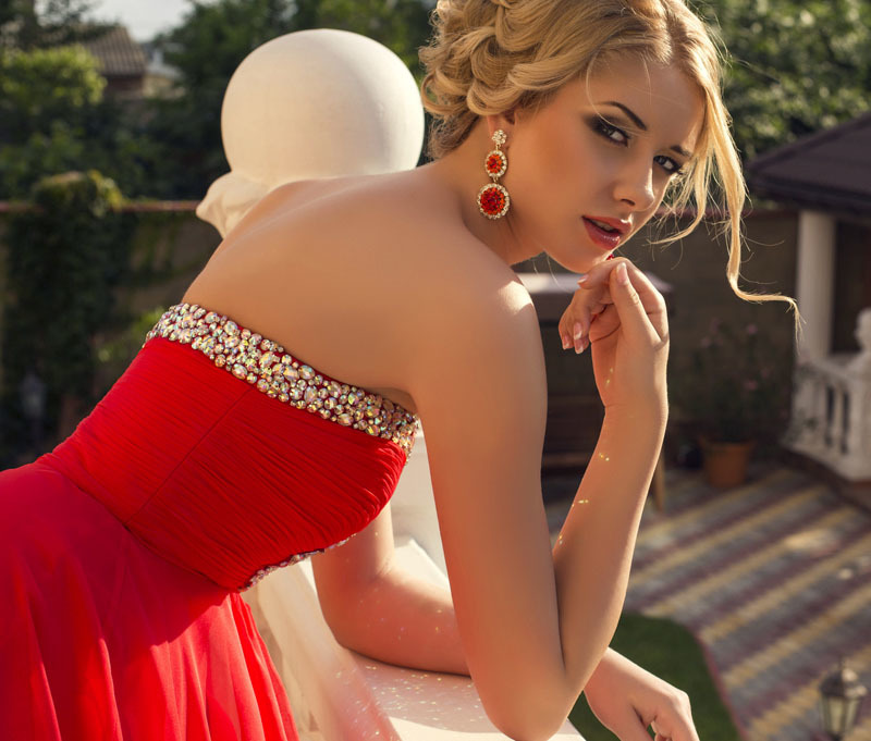 Макияж под красное  для блондинки с фото