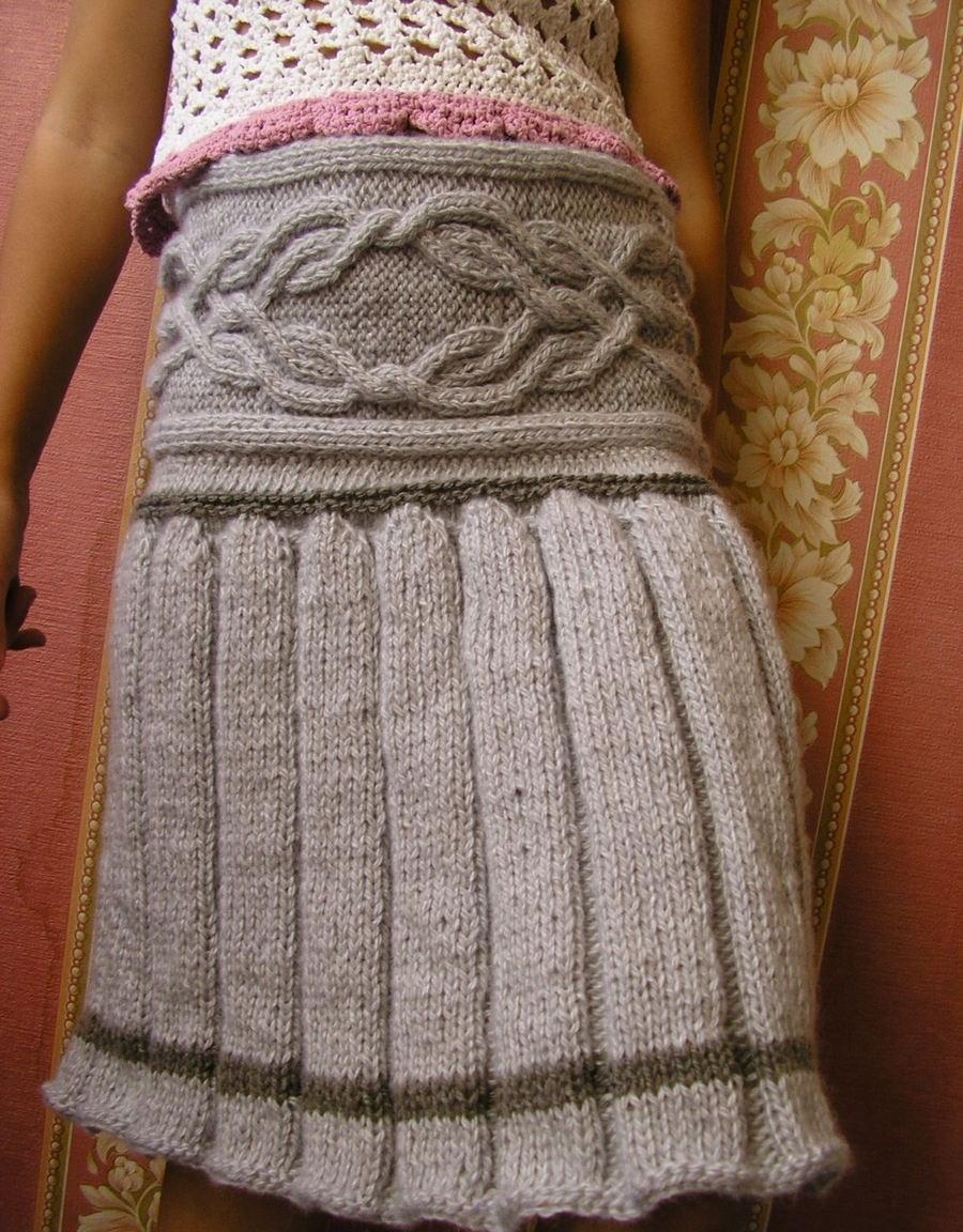 Интересная юбка со складками и аранами спицами на девушке