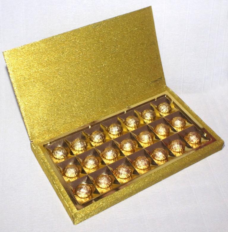 А вот так коробка конфет выглядит уже после обклеивания ее нарядной бумагой