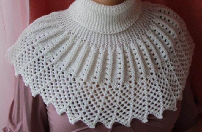 Красивые модели манишек спицами: фото 1