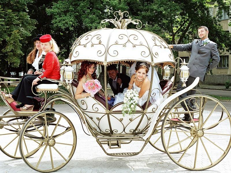 Примеры украшения свадебных машин - карета с цветами