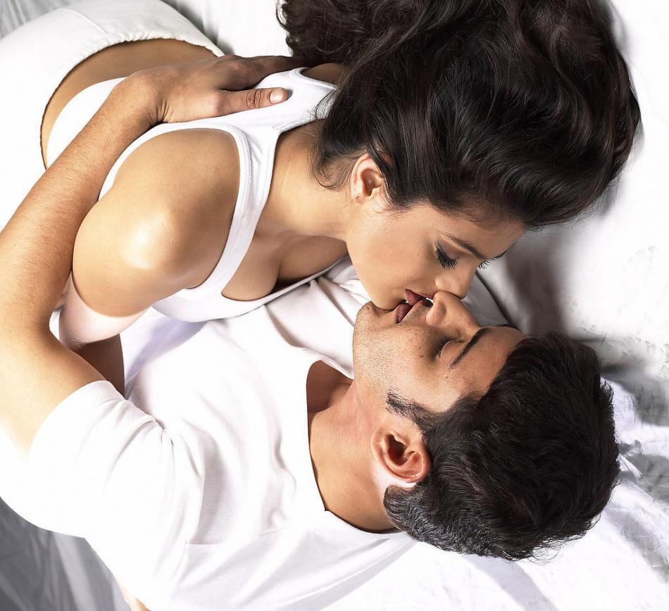 Видео-женщина лежит а мужчина целует грудь