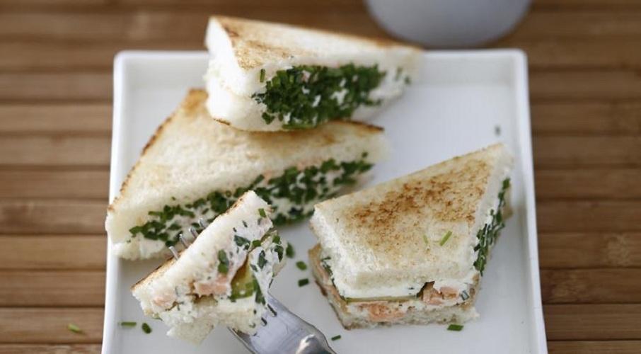 Сэндвичи с сыром, огурцами и копченым лососем