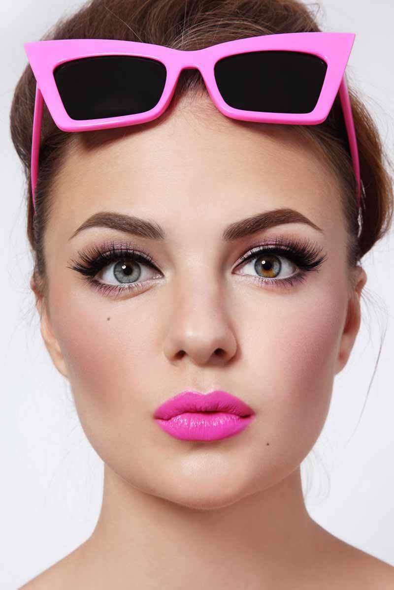 Круглолицым дамам рекомендуется в макияже губ использовать прямые чёткие линии