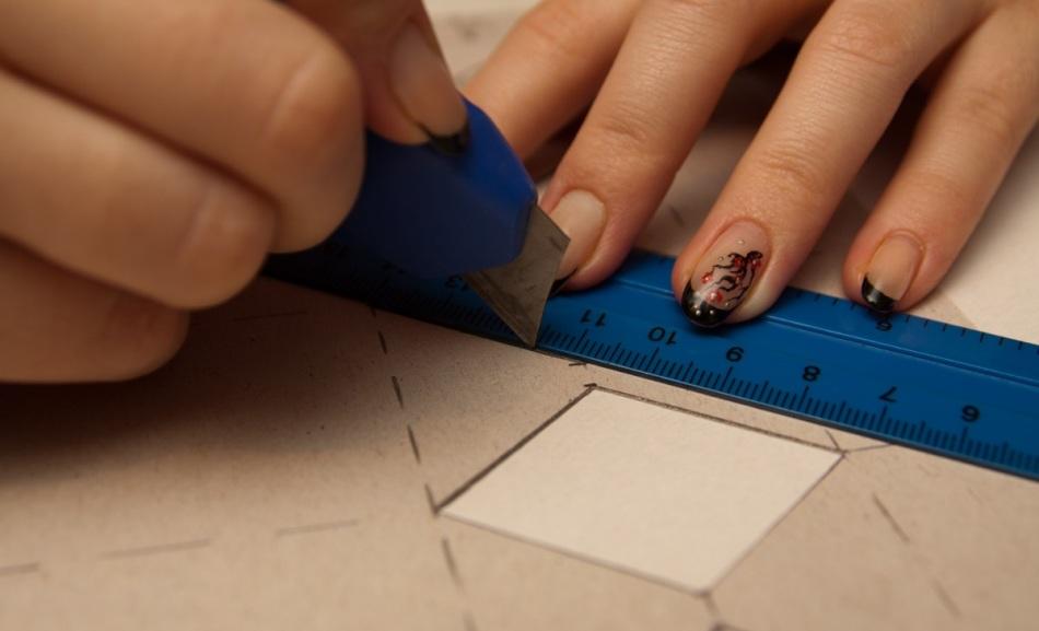 Вырезание деталей в процессе изготовления упаковки для конфет