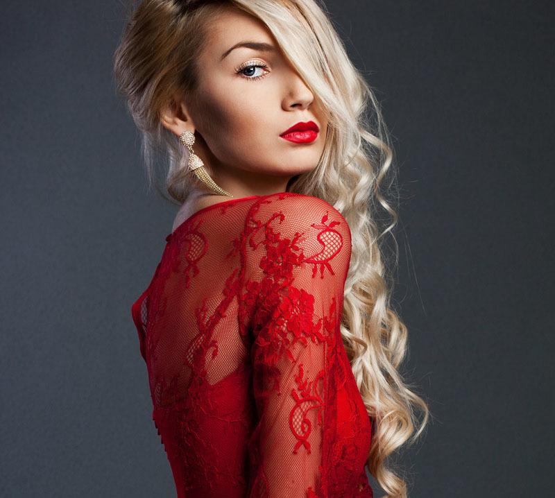 Красный цвет желателен не только в макияже для губ, но и в одежде