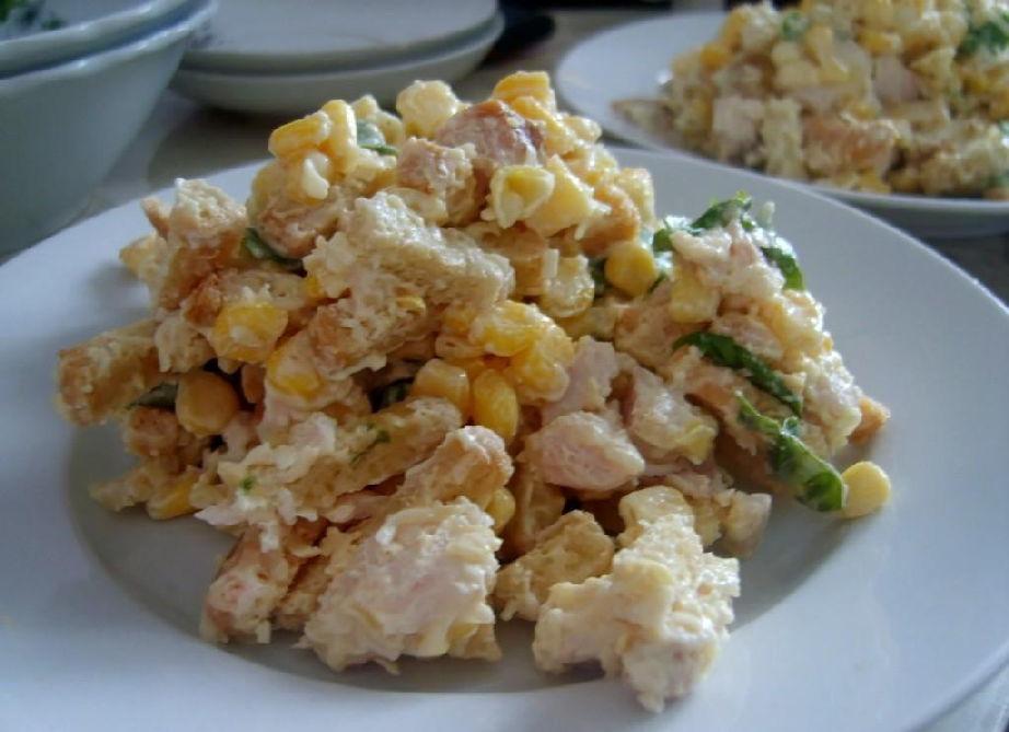 Салат с кириешками, фасолью, копченой колбасой