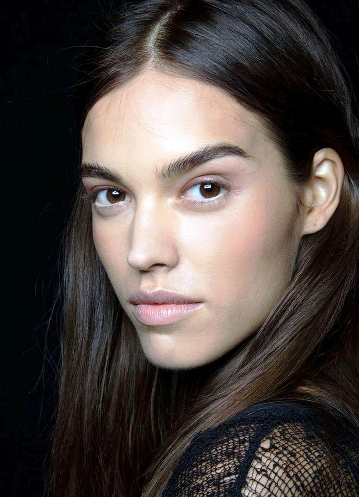 Широкие натуральные брови с минимальной коррекцией макияжем