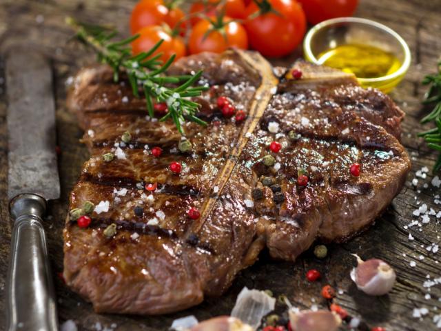 стейк из свинины на кости на сковороде