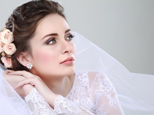 Прически невесты с фатой фото с челкой