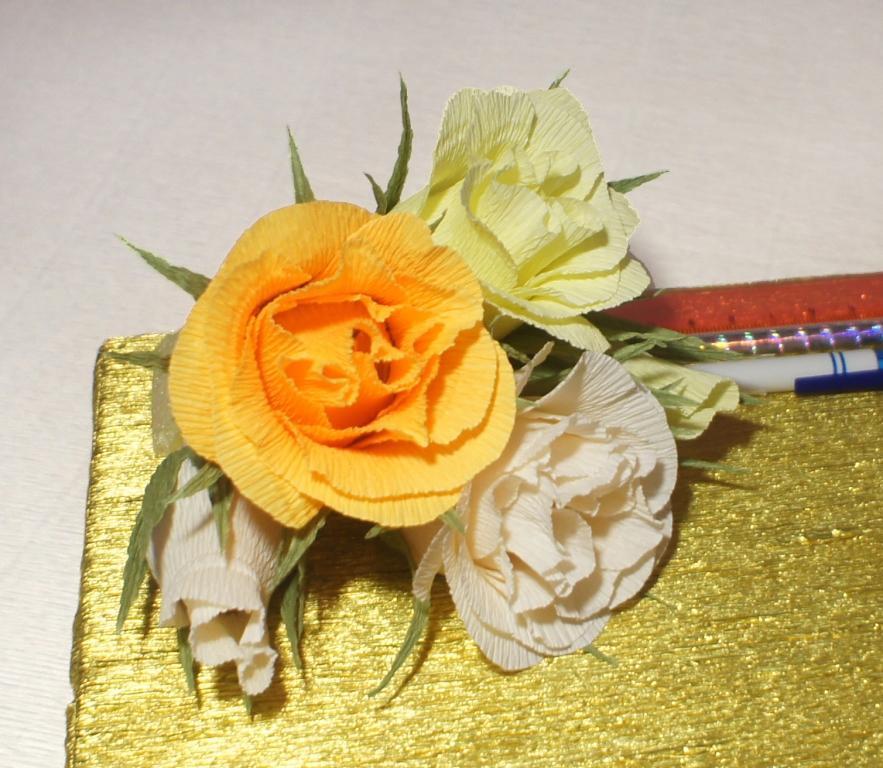 Цветов не должно быть слишком много, иначе коробка с конфетами будет выглядеть чрезмерно утяжеленной