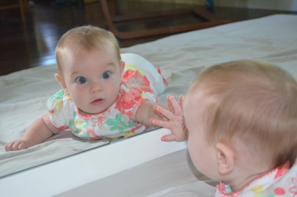 Почему нельзя грудных детей показывать в зеркало