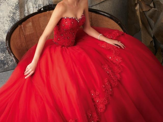 Толпой на ринге красное платье
