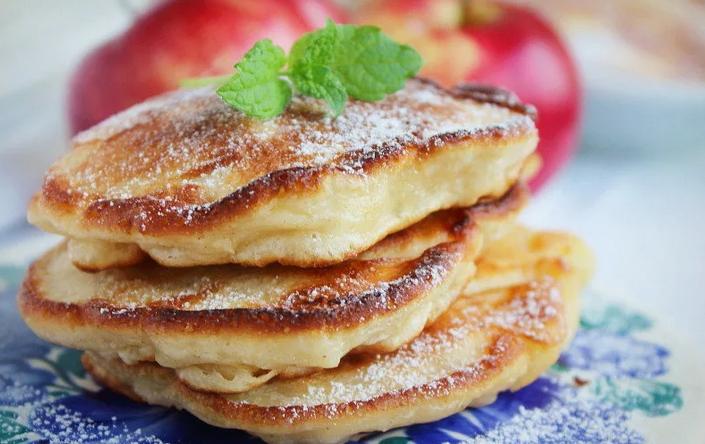 Рецепт яблочных оладий из прокисшего кефира с добавлением кардамона