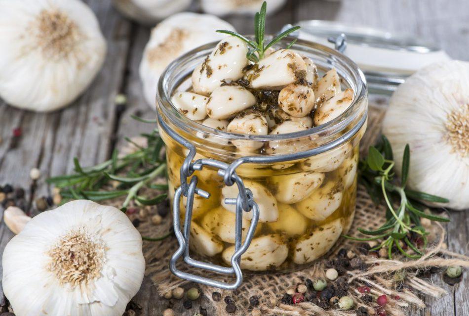 Почему зеленеет чеснок при готовке